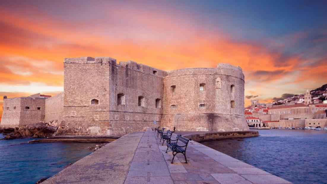 Krenglum obronne, czyli niska baszta wtopiona w mury Starego Miasta