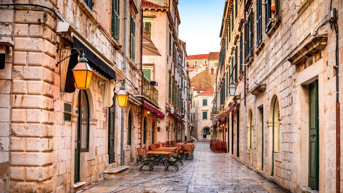 Ulica Drukarska, przy której powstała pierwsza oficyna wydawnicza. Dziś mieści się tam jedna z licznych w mieście restauracji.